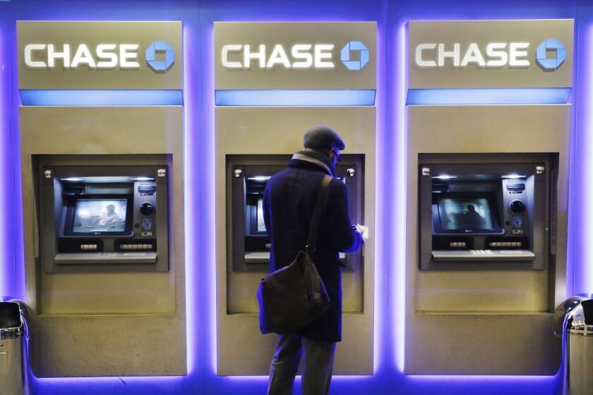 Un cliente usa un cajero automático de Chase Bank en Nueva York. (AP Photo/Mark Lennihan)