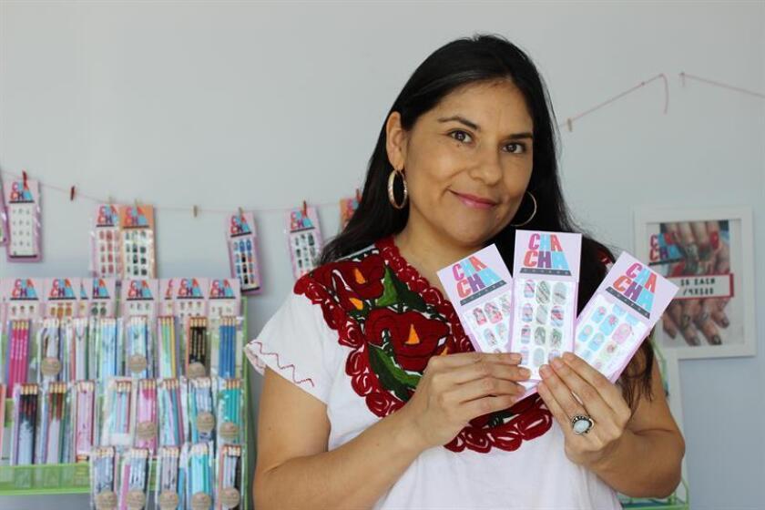 """""""A mucha gente le gustan estos productos porque son iconos generacionales y de la cultura pop. Como mexicanos nos gusta ver nuestra cultura a nuestro alrededor"""", aseguró Ana Guajardo, fundadora de la marca de adhesivos Cha Cha Covers, una de las compañías que abrieron este mercado."""