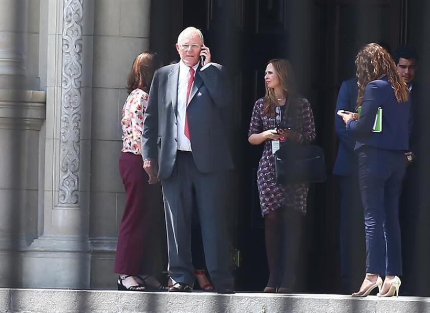 El presidente de Perú, Pedro Pablo Kuczynski, abandona el Palacio de Gobierno tras despedirse de funcionarios y trabajadores, varios de los cuales lloraron luego de confirmarse que renunció al cargo en Lima (Perú). EFE