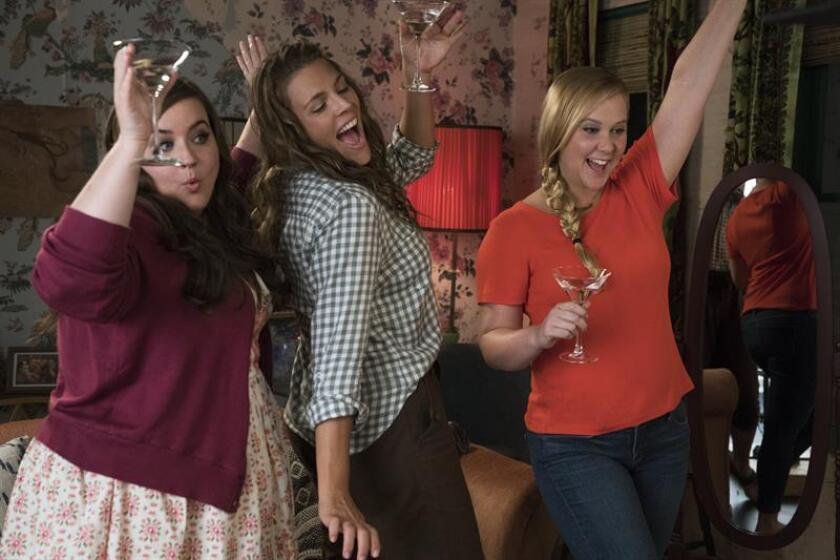 """Fotograma cedido por STXfilms donde aparecen las actrices Aidy Bryant (i) como Vivian, Busy Philipps (c) como Jane y Amy Schumer (d) como Renee Bennett, durante una escena de la película """"I Feel Pretty"""" que se estrenará la próxima fin de semana en las salas estadounidenses. EFE/Mark Schofer/STXfilms/SOLO USO EDITORIAL/NO VENTAS"""