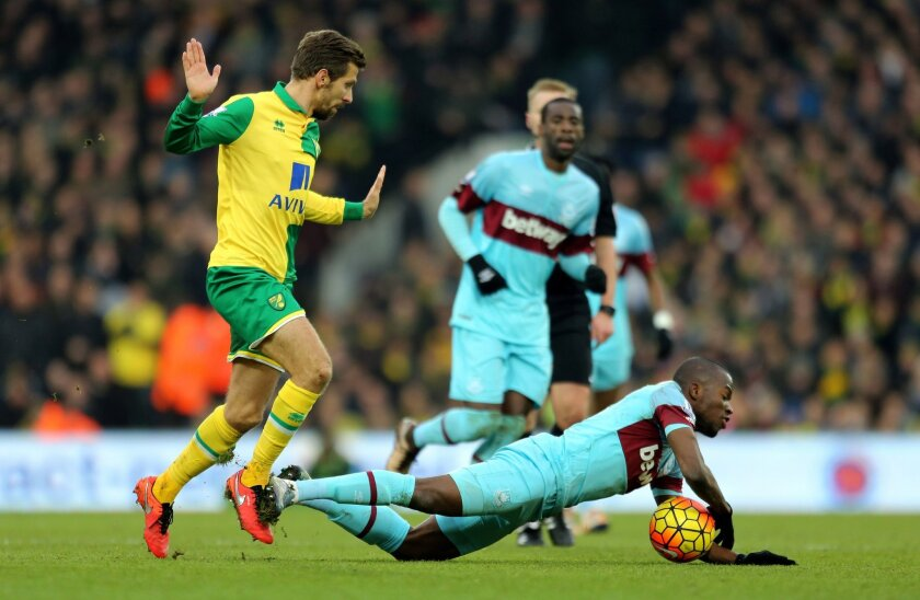 Norwich City's Gary O'Neil, left, and West Ham United's Enner Valencia battle for the ball during the English Premier League soccer match at Carrow Road, Norwich, England, Saturday Feb. 13, 2016. (Chris Radburn/PA via AP) UNITED KINGDOM OUT