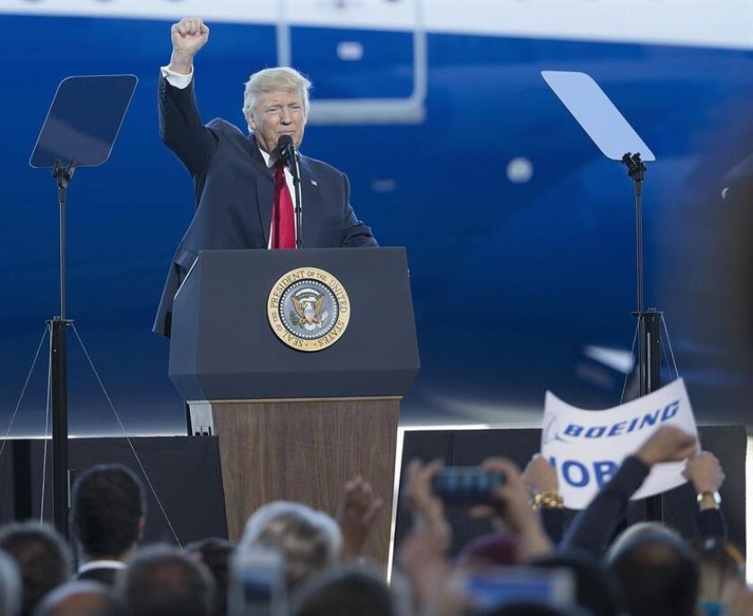El presidente de EE.UU., Donald J. Trump, pronuncia su discurso durante la presentación del avión 787-10 del fabricante Boeing en su planta de North Charleston, Estados Unidos, hoy 17 de febrero de 2017. EFE
