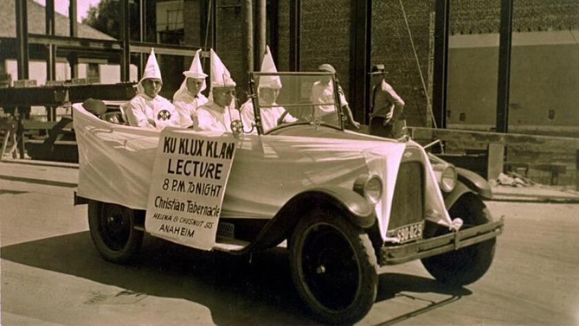 Miembros del Ku Klux Klan publicitan una conferencia en el Christian Tabernacle, de Anaheim, en 1915.