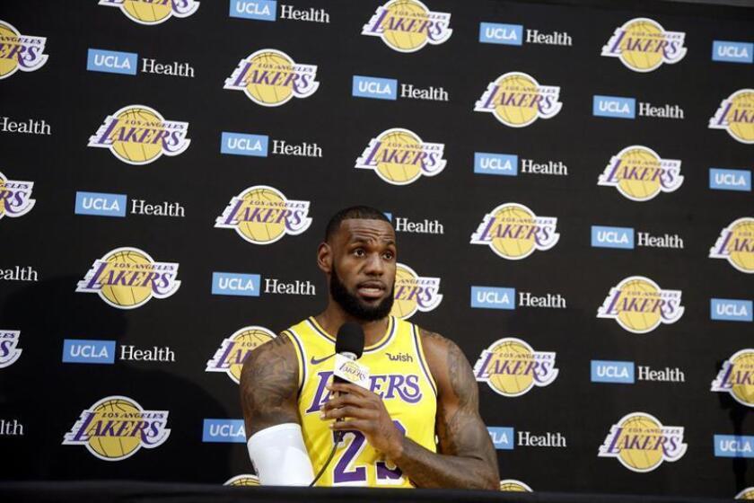 El jugador de los Lakers de Los Ángeles Lebron James participa en una conferencia de prensa, el pasado lunes 24 de septiembre de 2018, en la Universidad de California en Los Ángeles (UCLA), en El Segundo, Los Ángeles (EE.UU.). EFE/Archivo