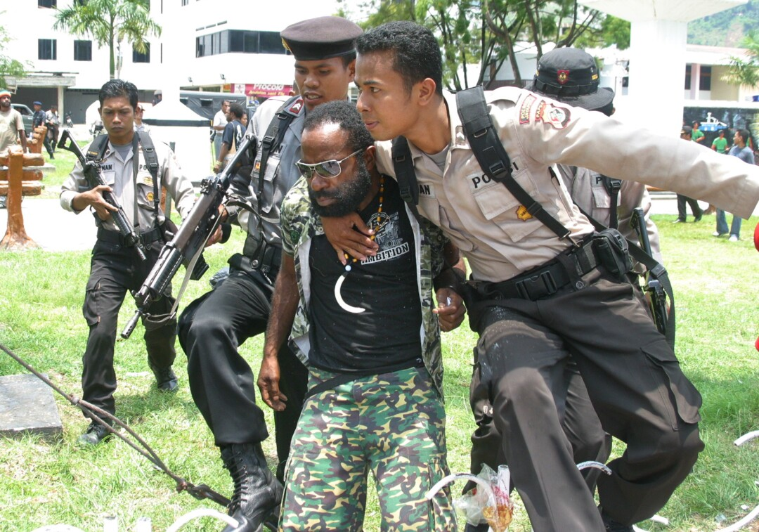 Indonesian police arrest Papuan pro-independence leader Buchtar Tabuni at a rally in 2008