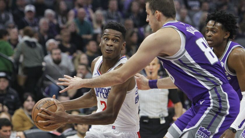 LA Clippers guard Shai Gilgeous-Alexander (2) drives to the basket against Sacramento Kings forward
