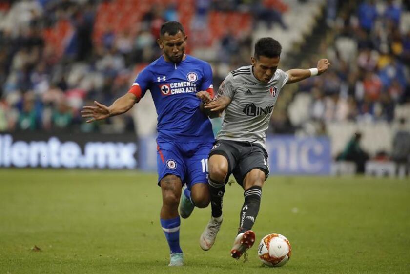 El jugador Walter Montoya (i) de Cruz Azul disputa el balón con Ulises Cardona (d) de Atlas. EFE/Archivo