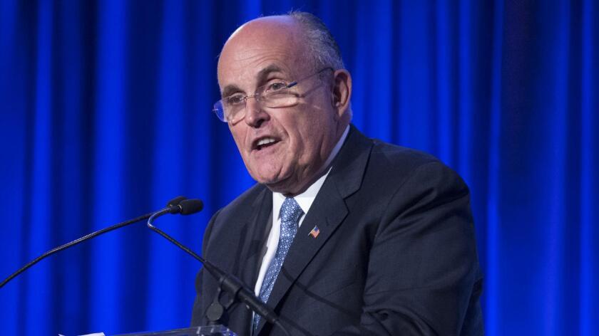 """Giuliani reiteró que es """"equivocado"""" centrarse sólo en muertes de afroamericanos a manos de policías, al hablar sobre las muertes esta semana de tres afroamericanos en el país y la de cinco policías, durante una manifestación de protesta."""