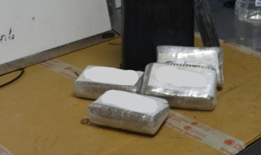 Paquetes de heroína encontrados al interior de un vehículo que fue decomisado.