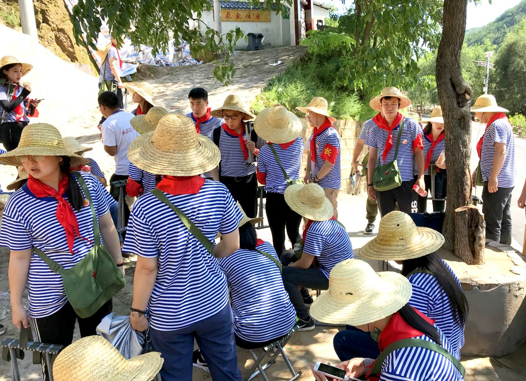 Teachers from Guangzhou visited a village.