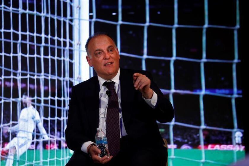 El presidente de La Liga de fútbol de España, Javier Tebas, habla durante una conferencia de prensa en Ciudad de México (México). Javier Tebas destacó hoy el interés de que la competición sea la segunda más seguida en México, un mercado que consideró de primera importancia en el mundo del fútbol. EFE