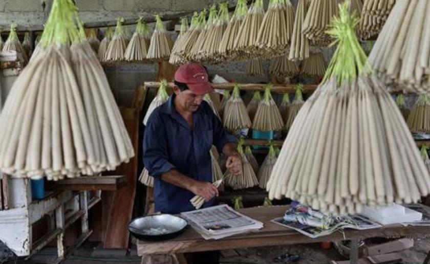 Fotografía fechada el 25 de octubre de 2019, que muestra al artesano Domitilo de la O Peralta, trabajando en la fabricación de velas de cebo en el municipio de Nacajuca en el estado de Tabasco (México). EFE/Jaime Avalos