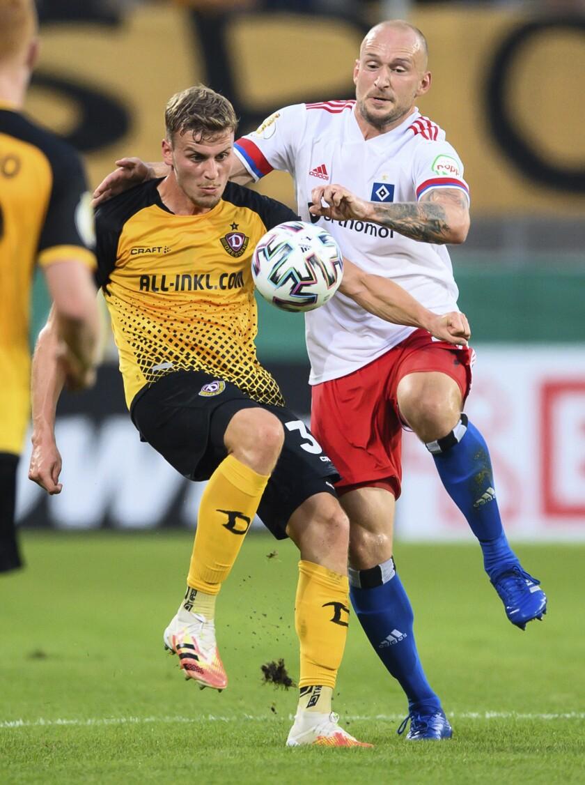 Toni Leistner, derecha, del Hamburgo, disputa el balón con Christoph Daferner, del Dresden