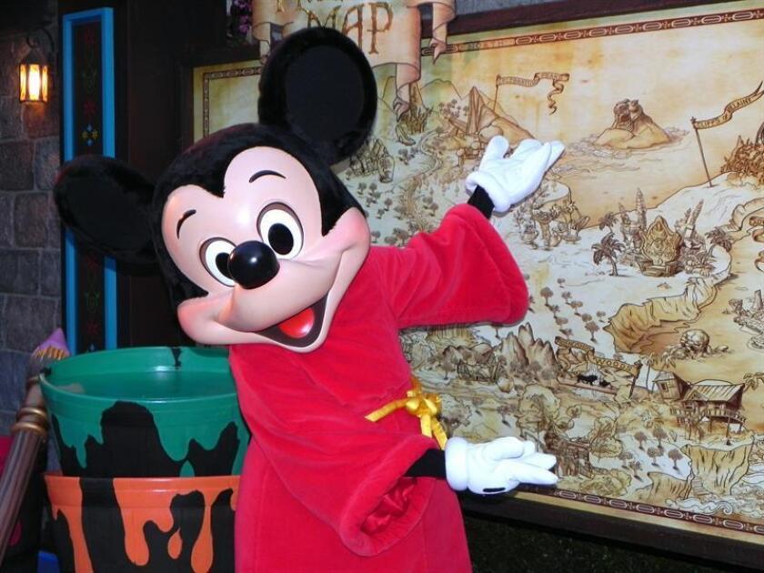 Mickey muestra a Efe un mapa durante la presentación a los medios del parque Disneyland Resort de Anaheim, California. EFE/Archivo