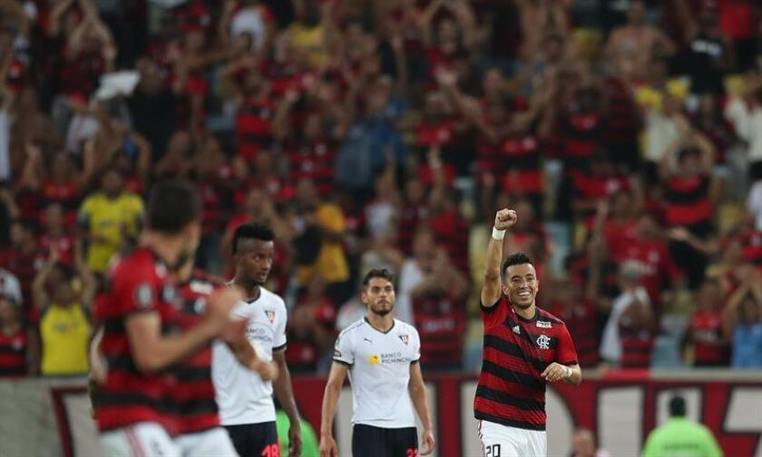El jugador Uribe de Flamengo celebra su gol ante LDU este miércoles, en un partido del grupo D de la Copa Libertadores entre Flamengo y Liga Deportiva Universitaria de Quito en el estadio Maracaná en la ciudad de Río de Janeiro (Brasil). EFE