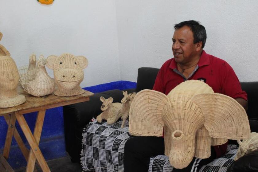 El artesano Martín Cruz habla durante una entrevista con Efe, el 23 de julio de 2019, en Tequisquiapan, estado de Querétaro (México). EFE/ Miguel Victoria