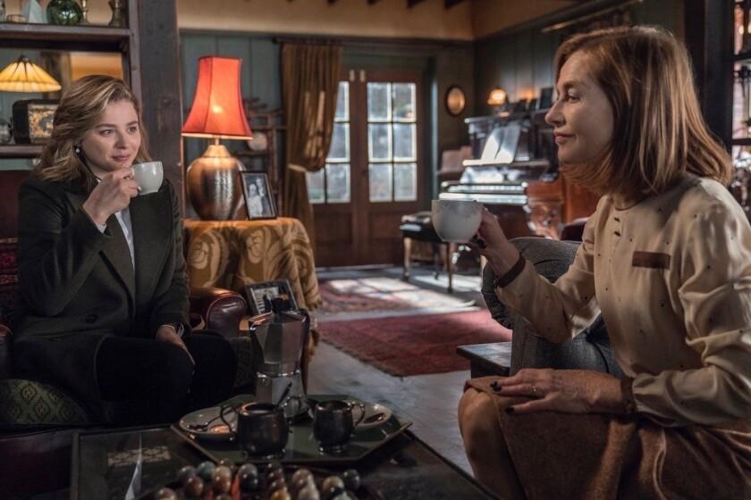 "Chloë Grace Moretz e Isabelle Huppert en una escena de ""Greta"", la nueva cinta de suspenso de Neil Jordan."