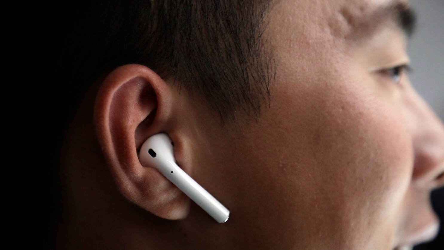 No Apple S New Airpods Won T Give You Cancer Experts Say Los Angeles Times
