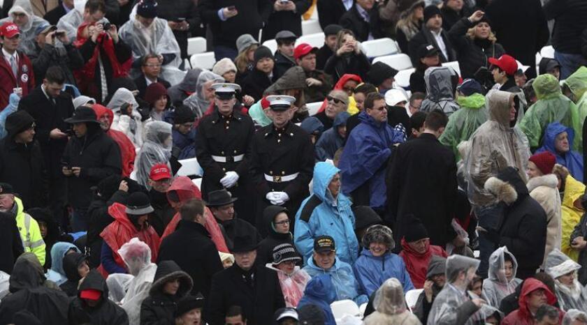 Personal militar vigila en la zona de espera cerca del Capitolio, varias horas antes de que el empresario neoyorquino Donald Trump se convierta en el nuevo presidente de Estados Unidos en Washington DC este 20 de enero de 2017. EFE