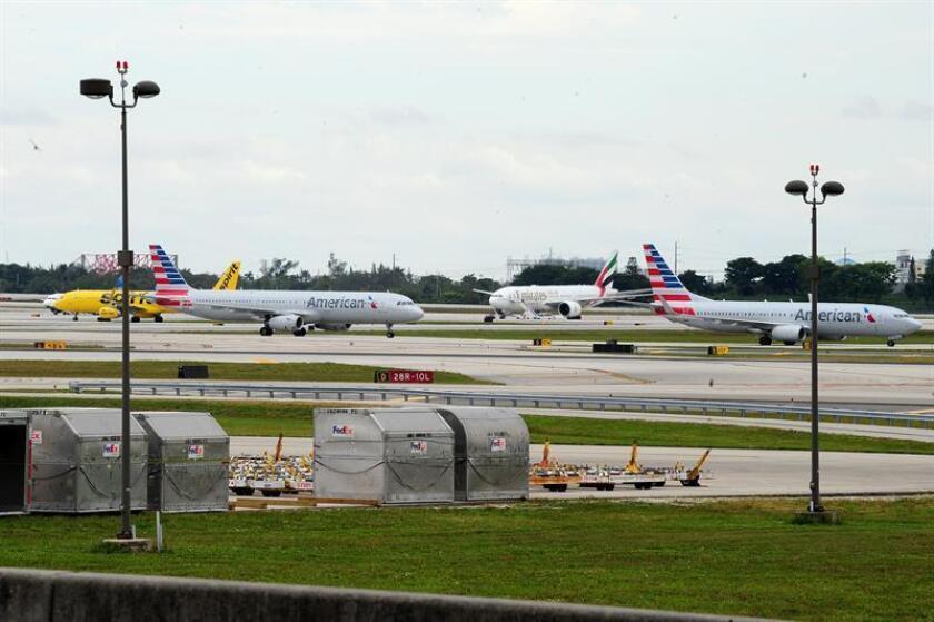 Varios aviones permanecen en fila en la pista del Aeropuerto Internacional de Fort Lauderdale, Florida, después del cierre al tráfico aéreo en éste tras la muerte de al menos cinco personas en un tiroteo, el 6 de enero de 2017. EFE/Archivo