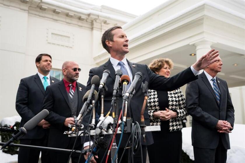 El representante republicano Rodney Davis (C) ofrece una rueda de prensa tras su encuentro con el presidente estadounidense, Donald J. Trump, en la Casa Blanca en Washington D.C (Estados Unidos) hoy, 15 de enero de 2019. EFE