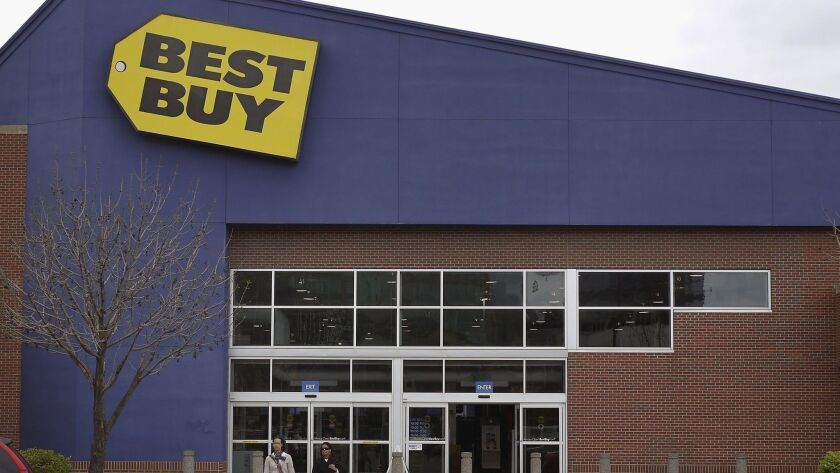 Best Buy has offered an employee his job back after being fired for helping sheriff's detectives capture a suspect.