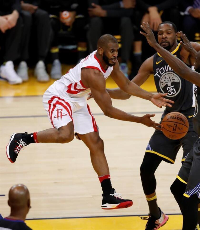 Chris Paul (i) de Rockets en acción ante Kevin Durant (d) de Warriors. EFE/Archivo