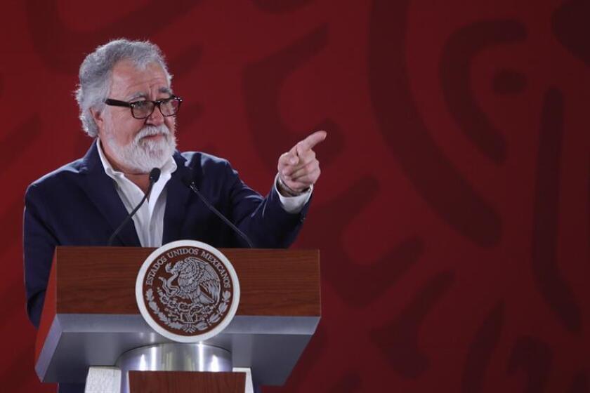 El subsecretario de Derechos Humanos de la Secretaría de Gobernación, Alejandro Encinas, habla durante su rueda de prensa matutina este lunes en el Palacio Nacional en Ciudad de México (México). EFE