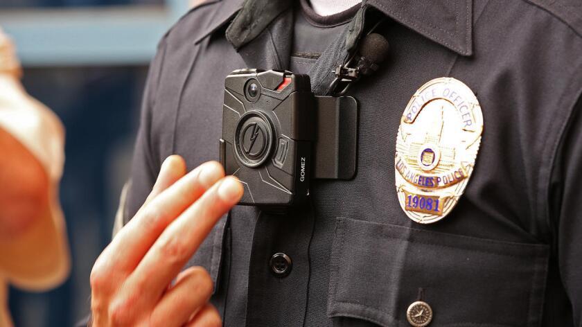 El oficial de la Policía de Los Ángeles Jim Stover demuestra cómo funciona una de las nuevas cámaras corporales del LAPD, el 4 de septiembre de 2015. (Al Seib / Los Angeles Times)