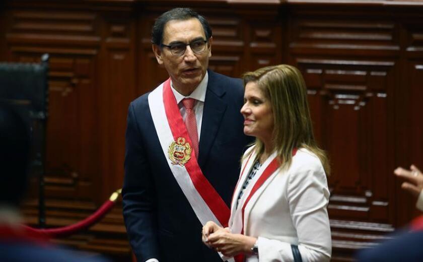 El ingeniero y empresario Martín Vizcarra (i), junto la segunda vicepresidenta, Mercedes Aráoz (d), jura como nuevo presidente de Perú hoy, viernes 23 de marzo de 2018, en el Congreso de la República del Perú, en Lima (Perú). EFE