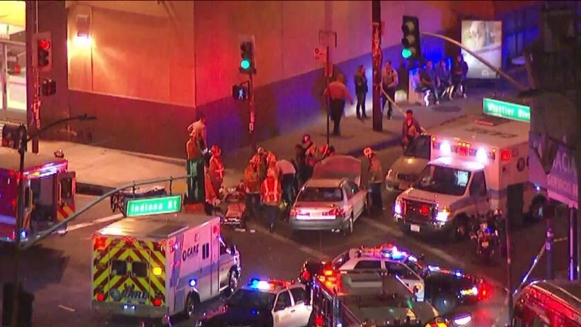 Dos menores de edad son impactador por una camioneta del Departamento del Sheriff de L.A.