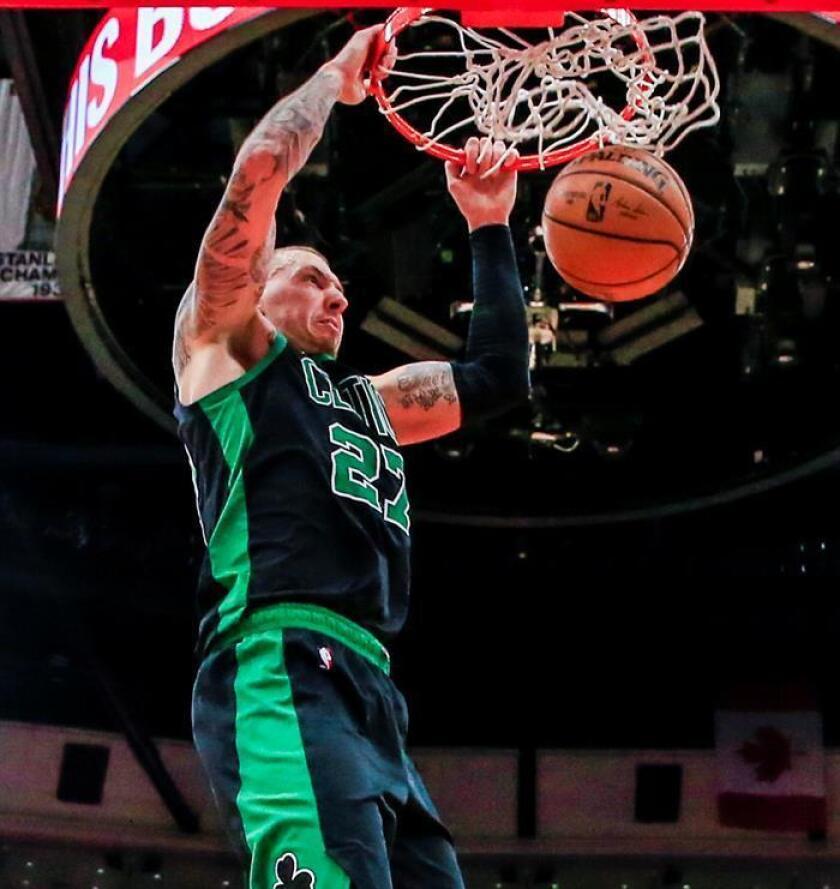 El alero de los Celtics de Boston, Daniel Theis, de Alemania, encesta durante el partido baloncesto de la NBA entre los Celtics de Boston y los Bulls de Chicago en el United Center de Chicago, Illinois. EFE