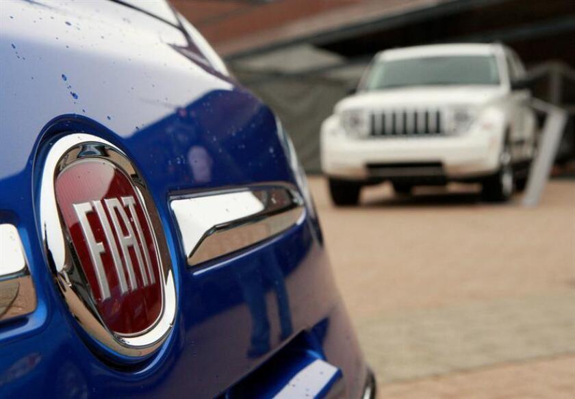 Un vehículo Fiat 500 (i), y un Jeep Liberty (d), se observan en el garaje de la sede de Chrysler en Auburn Hills, Michigan (EEUU). EFE/Archivo