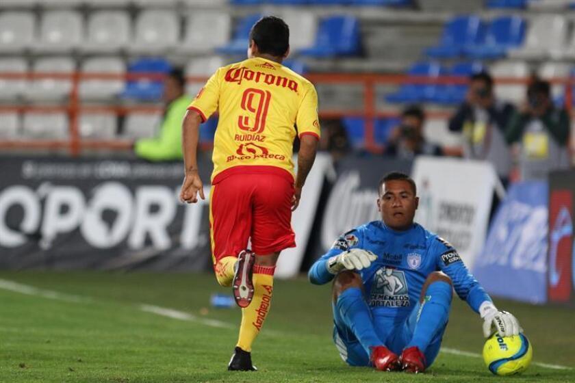 Los Monarcas de Morelia del fútbol mexicano retirarán el número 9 del goleador peruano Raúl Ruidíaz durante la temporada 2018-2019 como una manera de agradecer las proezas del jugador en par de años en el equipo. EFE/Archivo