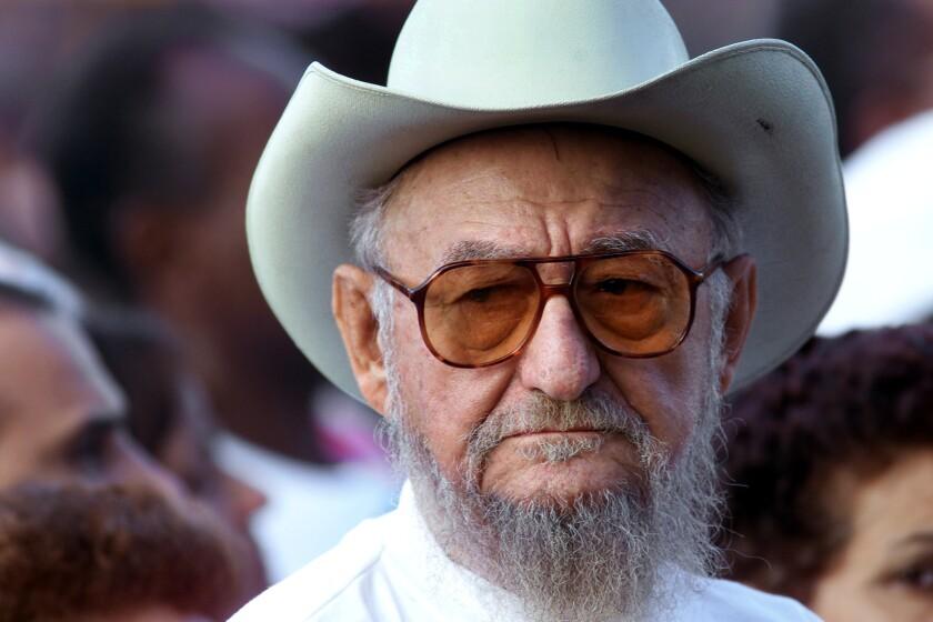 Foto de archivo, 22 de diciembre de 2001, de Ramón Castro en un acto en La Habana, Cuba. El mayor de los hermanos Castro, de gran parecido físico con su hermano Fidel, murió el martes 23 de febrero de 2016, informó la prensa estatal. Tenía 91 años. ( AP Foto/Jose Goitia, File)