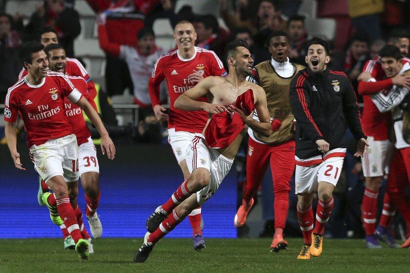 El jugador del Benfica Jonas (c) celebra con sus compañeros después de anotar un gol ante el FC Zenit hoy, martes 16 de febrero de 2016, durante un partido por la ronda de octavos de final de la Liga de Campeones, en el estadio Luz de Lisboa (Portugal). EFE/Manuel de Almeida