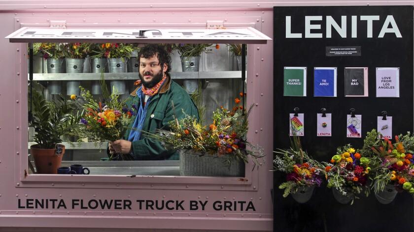Nemuel DePaula modeló su camión de flores después de los populares camiones de comida de Los Ángeles.