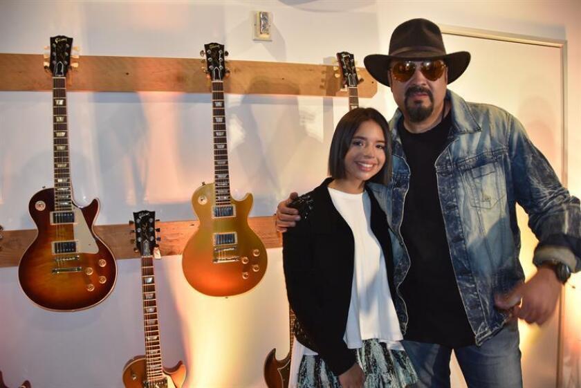 El cantante de música regional mexicana Pepe Aguilar posa junto su hija y también cantante de rancheras Ángela Aguilar durante una rueda de prensa ofrecida hoy, miércoles 25 de julio de 2018, en el anfiteatro Gibson de Beverly Hills, Los Ángeles, California (EE.UU.). EFE
