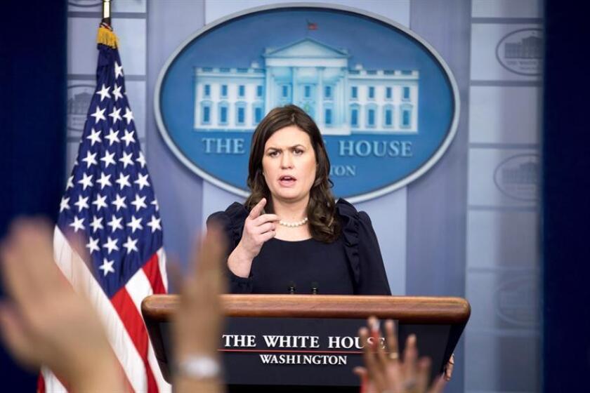 La secretaria de prensa de la Casa Blanca, Sarah Huckabee Sanders, ofrece una rueda de prensa en la Casa Blanca, Washington (Estados Unidos) hoy, 22 de enero de 2017. EFE