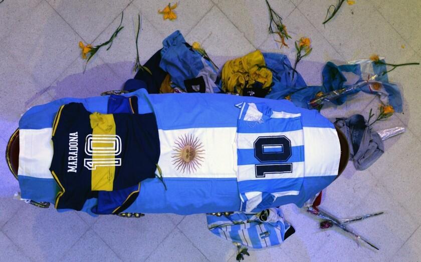 En esta foto difundida por la presidencia de Argentina, el féretro con el cuerpo de Diego Maradona