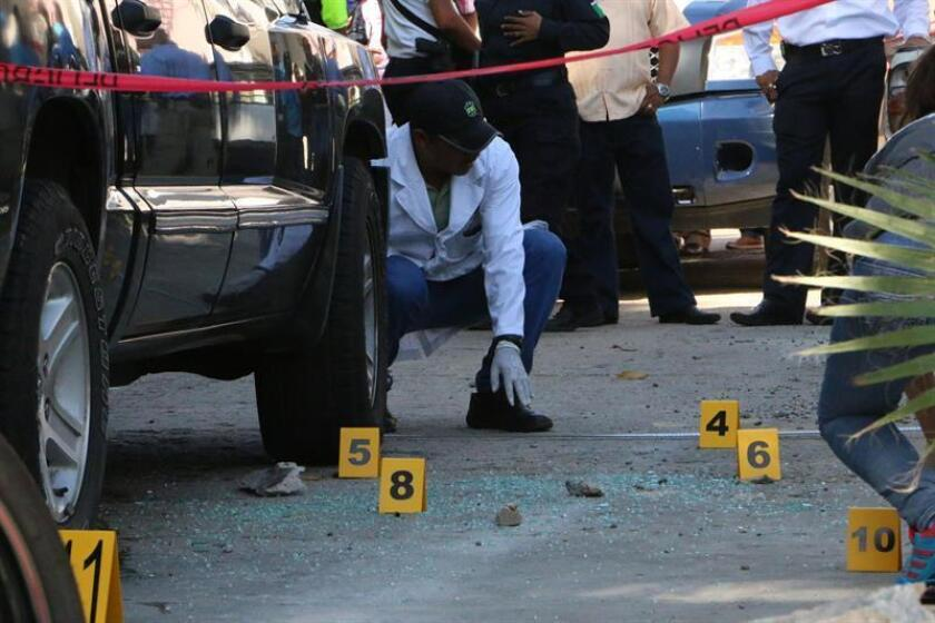 Un hombre falleció hoy cuando intentaba asaltar una unidad de transporte público después de que uno de los pasajeros le quitara el arma de fuego que portaba y le disparara a él y a su cómplice, quien resultó herido, informó hoy la Procuraduría General de Justicia de la Ciudad de México. EFE/ARCHIVO
