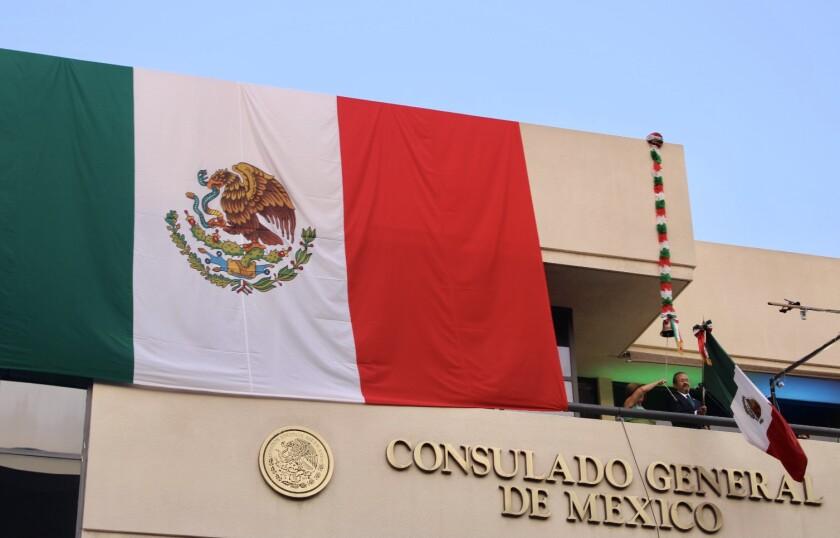 El Cónsul General, Carlos González Gutiérrez (d) durante ceremonia por el Grito  en septiembre 2020