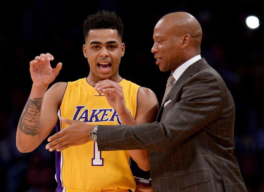 Bryon Scott (d) considera que los Lakers actúan como extraños en la duela.