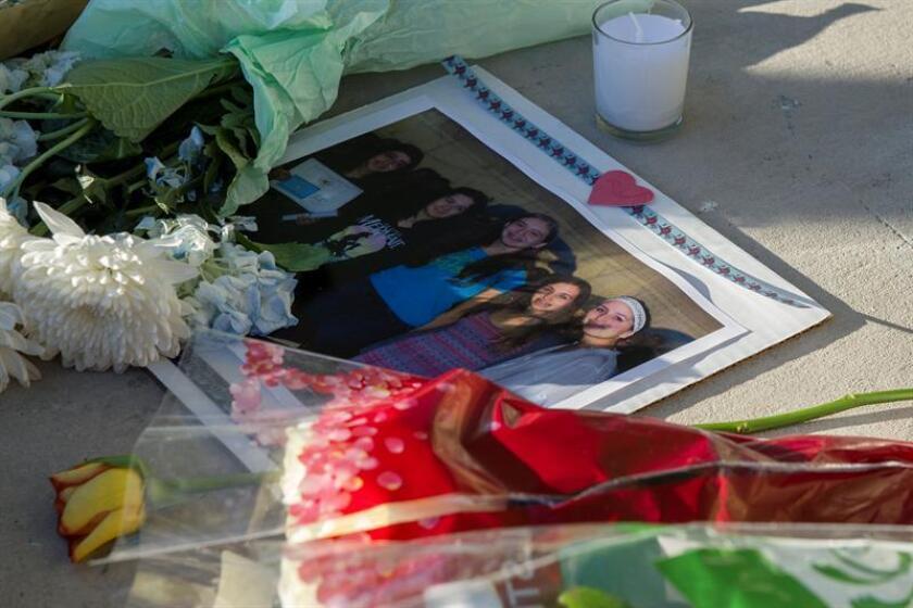 Vista de una foto, flores y velas mientras los estudiantes, familiares y miembros de la comunidad de Marjory Stoneman Douglas High School se preparan para una vigilia que tendrá lugar hoy, jueves 15 de febrero de 2018, en Pine Trails Park, Parkland, Florida (EE. UU.). EFE