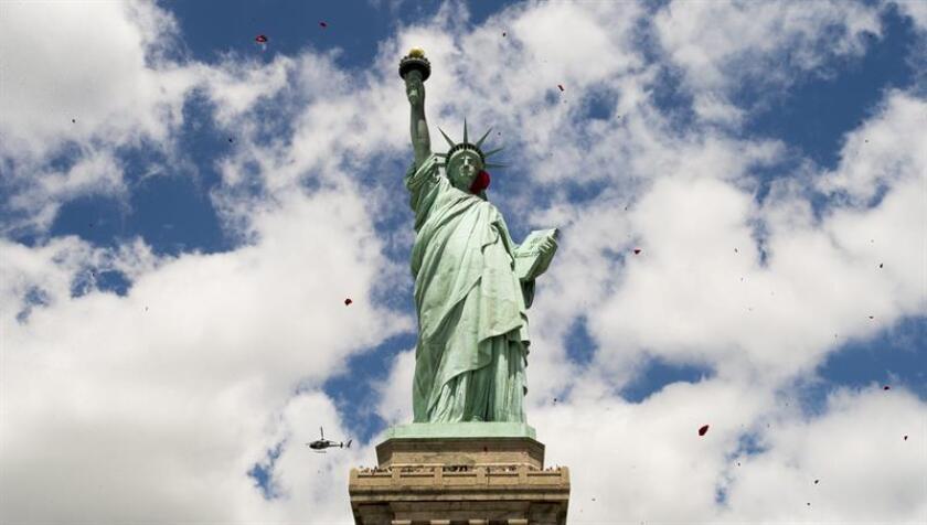 La inmigrante congoleña Therese Patricia Okoumou, que subió a la Estatua de la Libertad en protesta por la política del Gobierno de EE.UU. de separar familias en la frontera con México, fue sentenciada este martes en Nueva York a libertad condicional y trabajo comunitario, por lo que no entrará a prisión. EFE/Archivo