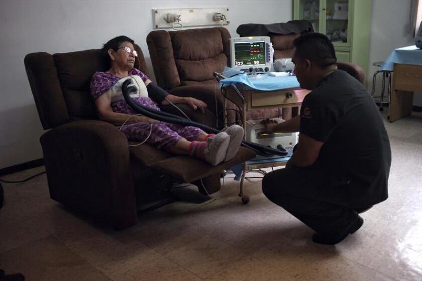 Fotografía de una paciente recibiendo su terapia para la esclerosis múltiple. EFE/Archivo