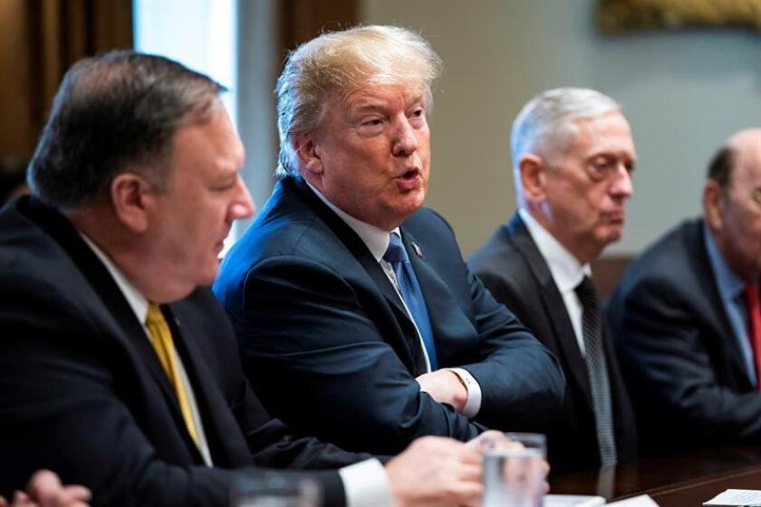 El presidente de EE. UU, Donald Trump, se dirige a los medios antes de su reunión con los miembros de su administración en la Sala del Gabinete de la Casa Blanca, en Washington (EE. UU), hoy, 21 de junio de 2018. EFE