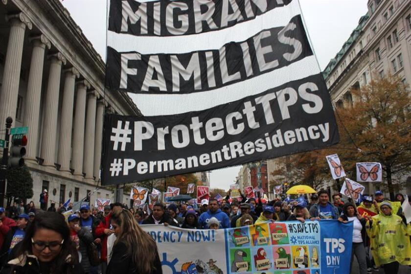 Manifestantes sostienen mensajes a favor del programa de Estatus de Protección Temporal (TPS) durante una concentración frente a la Casa Blanca en Washington, DC. EFE/Archivo