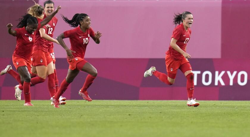 La futbolista canadiense Jessie Fleming (derecha) celebra tras anotar desde el punto de penalti el único gol de la semifinal