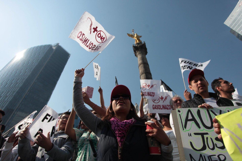 Miles de personas protestan en Ciudad de México con marchas pacíficas su rechazo hacia el Gobierno y la subida de los precios de las gasolinas, luego de una semana de la aplicación de esta polémica medida que se ha saldado con cientos de disturbios, saqueos y detenidos en buena parte del país.